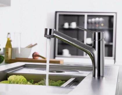 Смеситель для кухни Hansgrohe позволяет мыть продукты без лишних брызг