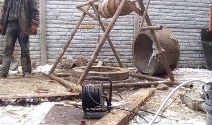 Установка крышки колодца
