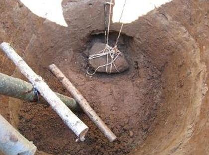 Подъем камня из колодезной шахты