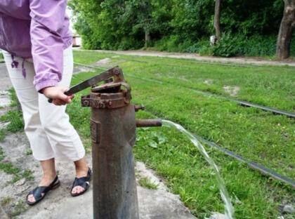 Поршневой водяной насос на участке