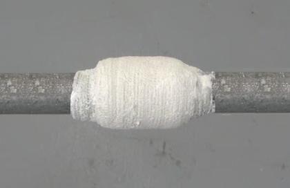 Обмотка трубы марлей, пропитанной цементом
