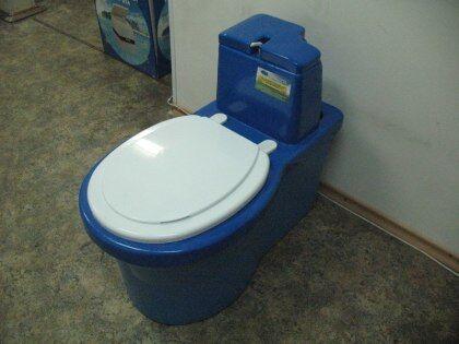 Немало положительных отзывов имеет отечественный торфяной туалет «Компакт М» со специальными ручками для удобного выноса. Бак рассчитан на 40 литров.