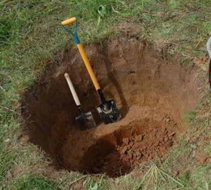 Установочная яма под первое колодезное кольцо