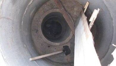 Кессон из бетонных колец в шурфе для скважины