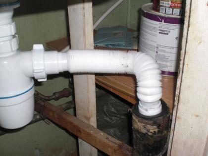Соединение отвода из сифона с канализационной трубой
