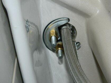 Снизу к смесителю и трубопроводам горячей/холодной воды подключаем гибкие водопроводные шланги