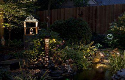 Декоративный колодец может стать интересным объектом в ландшафте при ночной подсветке