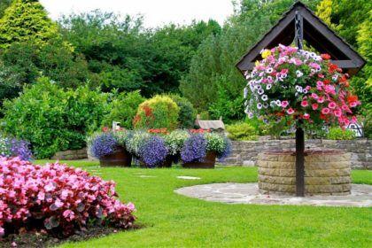 Декоративный колодец станет ярким украшением загородного участка