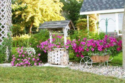 Декоративный колодец, украшенный яркими цветами