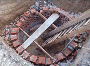 Основание кирпичной выгребной ямы
