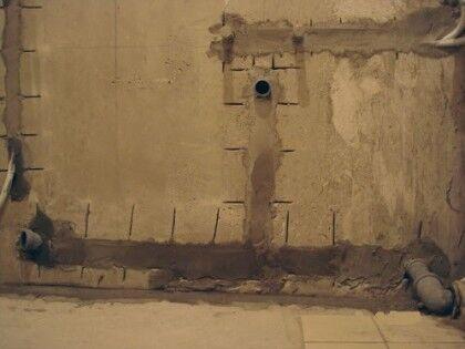 Канализационные трубы в стене