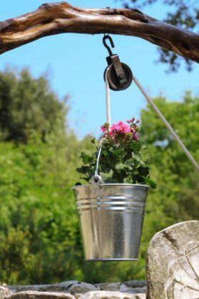 Часто декоративный колодец на даче не предусматривает создание источника воды для хозяев