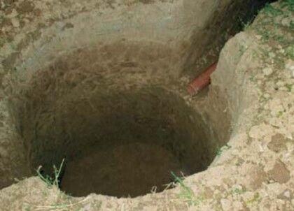 На фото видна траншея, в которую уже уложена канализационная труба