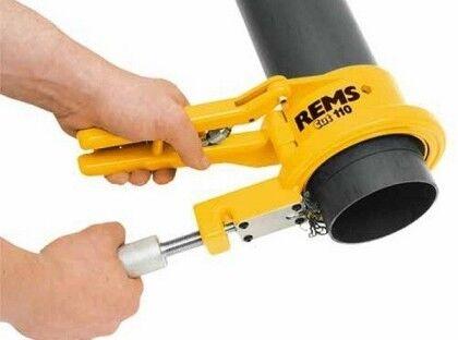 Разрезать пластиковые канализационные трубы можно при помощи ножовки или специального инструмента, который образует фаску на срезе