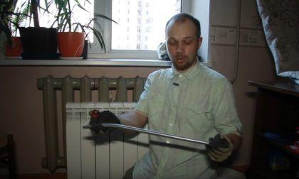 В руках у мастера кондуктор – пружина, с помощью которой можно гнуть металлопластиковые трубы с высокой точностью