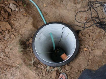 Насос соединен со шлангом и подключен к электропитанию
