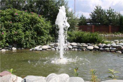 Погружной фонтан в искусственном пруду