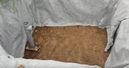 Стенки котлована выстелены геотекстилем