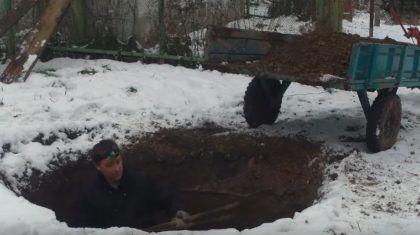 Копать котлован под выгребную яму можно и в одиночку, но при этом закидывание извлеченного грунта наверх, в тачку или просто на поверхность отнимает очень много сил