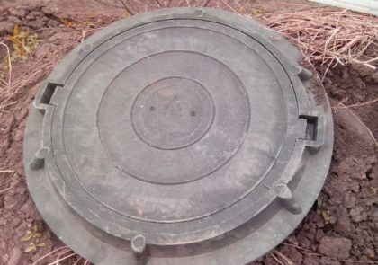 Канализационный люк полимерно-песчаный. В последнее время подобные изделия начали набирать популярность – в отличие от чугунных люков, они не представляют интереса для сборщиков цветного металла. Кроме того, они долговечны, рассчитаны на значительные нагрузки и просты в монтаже
