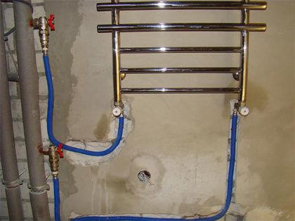 Пример нижнего подключения полотенцесушителя. Так как байпас имеет тот же диаметр, что и стояк, и не смещен – расположение верхней врезки отвода выше нижней части полотенцесушителя допустимо