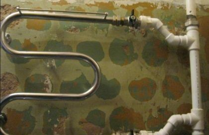 То же самое, что и на предыдущей картинке – прямой байпас, созданный при помощи врезки тройников в стояк. Но при этом сам обход и отводы собраны из пластиковых труб