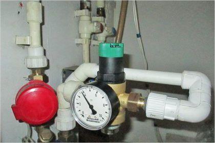 В среднем, давление в городской квартире должно составлять около около 4 атм