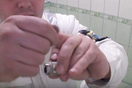Намотка на внешнюю резьбу, которой удлинитель будет вкручиваться в трубу ГВС или ХВС, пакли для герметизации соединения