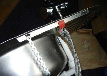 Наше решение для крепления мойки - полосы монтажной ленты, продетые в ушки креплений