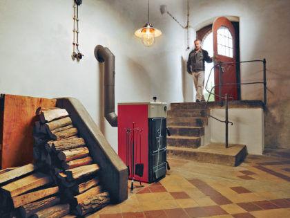 Твердотопливный котел, установленный в подвале