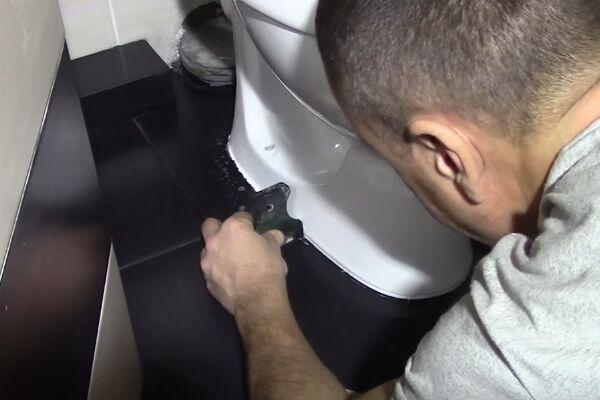 Удалять остатки клея или герметика нужно сразу после крепления унитаза к полу, чтобы не дать составу высохнуть и испачкать собой плитку