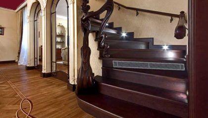 Цокольный конвектор, встроенный в лестницу