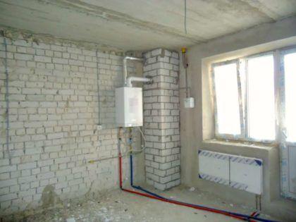 Система автономного отопления, установленная в квартире в ходе капитального ремонта и перепланировки. Можно заметить, что трубы подачи и обратки проложены по перекрытию – затем их закроют