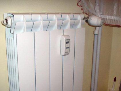 Существуют сравнительно недорогие и простые индивидуальные счетчики тепла, устанавливаемые на каждый отдельный радиатор. Но нередко точность их подсчета оставляет желать лучшего