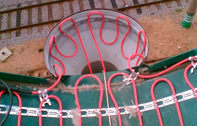 Нагревательный элемент внутри воронки водостока